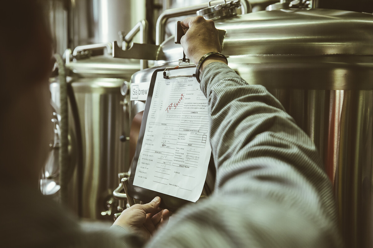 Rogue Innovation Brewer Michael King updates the recipe for his hazy IPA brewed with wet hops, apples and blueberries.